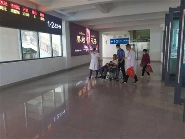 佛坪车站救助患病旅客.jpg